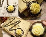 Ожерелье Кружево с кремовой розой под старину