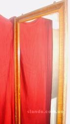 Большое настенное зеркало в раме с петлями