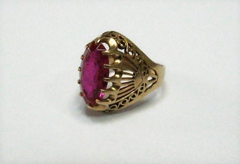 Женские золотые перстни с рубином