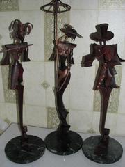 Есть резные скульптуры из ценных пород дерева,  живописные картины. Возможна пересылка по Украине.