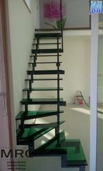 Стеклянная лестница с зелёными ступенями dom.ua/content/view/243/251