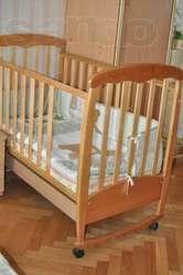 Детская кроватка с ящиком для игрушек + матрас,  защита и одеяло.