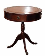 уютный деревянный столик для интерьера