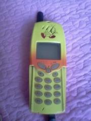 Мобильный телефон Ericsson в комплекте с зарядным устройством
