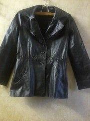 Кожаная куртка на пуговицах выполнена из гладкой кожи.