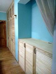 Комплект из встроенного шкафа и комода из жалюзийных дверей