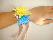 Цветочный браслет под заказ из живых и искусственных цветов.