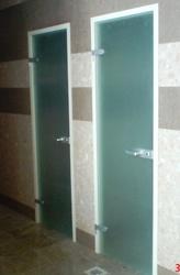 Распашные межкомнатные двери и перегородки из закалённого стекла