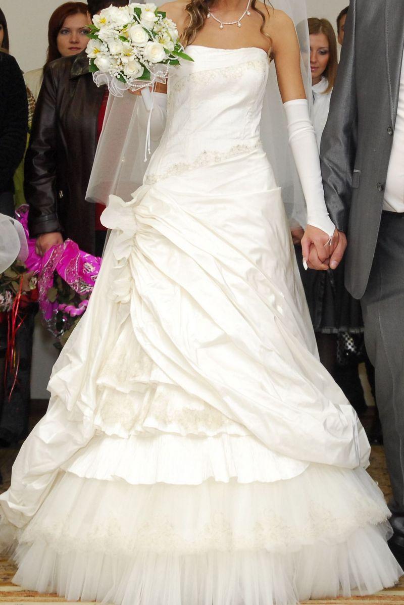 Платье ниже колен.  Без бретелей.  С длинными рукавами.
